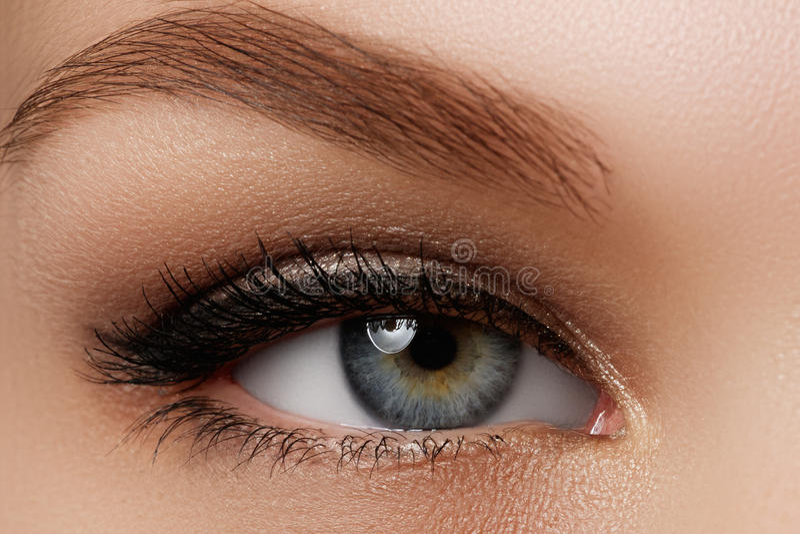 Produits de beauté et renivellement Bel oeil femelle avec le revêtement noir sexy photos stock