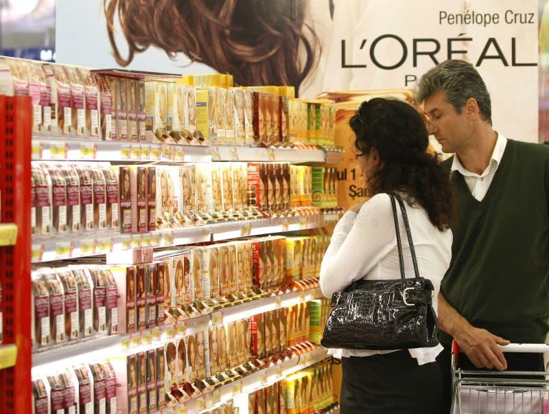 Produits de beauté faisant des emplettes au supermarché - L'oreal images stock