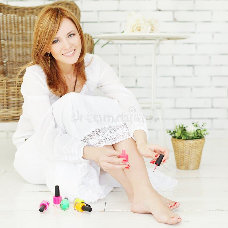 Produits de beauté - femme avec le vernis à ongles photos libres de droits