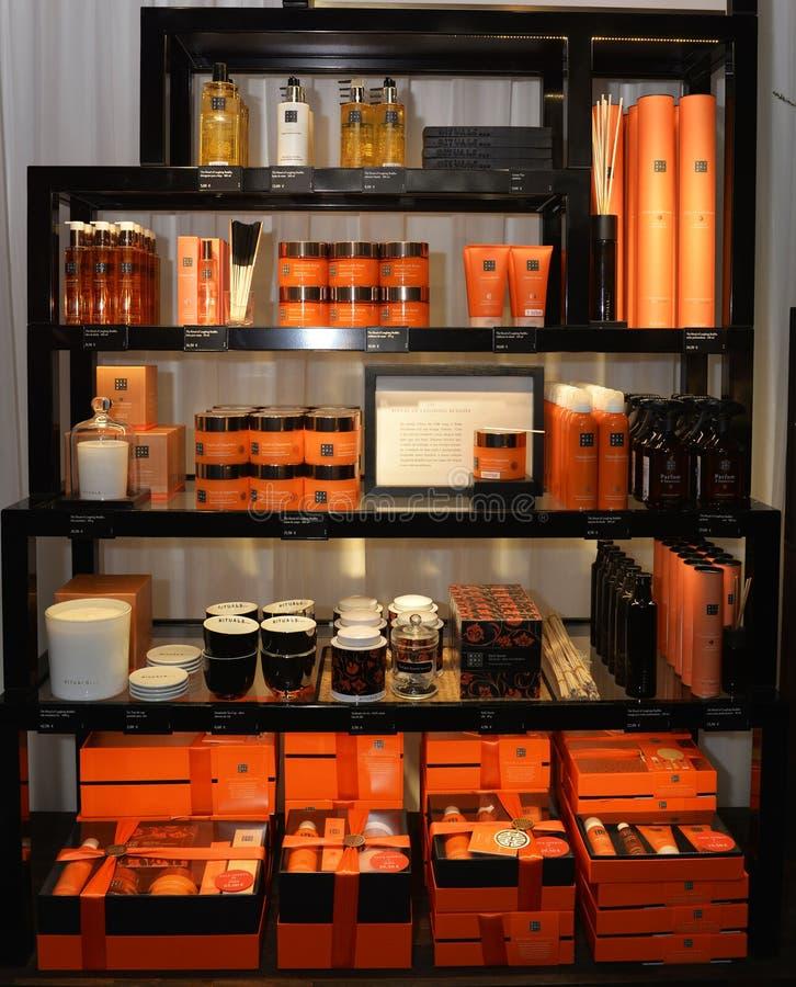 Produits de beauté pour elle, des traitements cosmétiques oranges et des bougies aromatiques, rayons de magasin image libre de droits