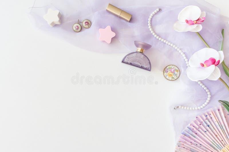 Produits de beauté, vue supérieure de cosmétiques décoratifs sur le backgrou blanc photo libre de droits