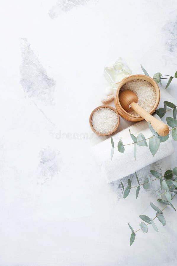 Produits de massage et de station thermale avec des branches d'eucalyptus photos libres de droits