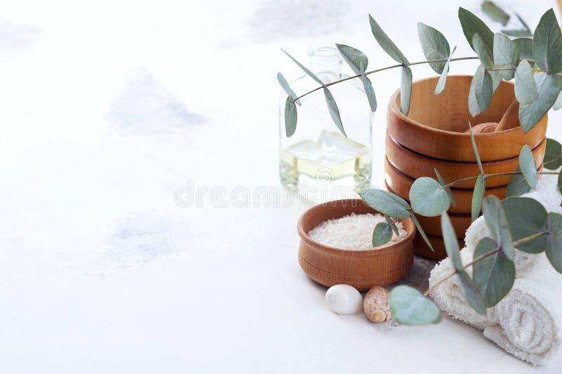 Produits de massage et de station thermale avec des branches d'eucalyptus photographie stock libre de droits