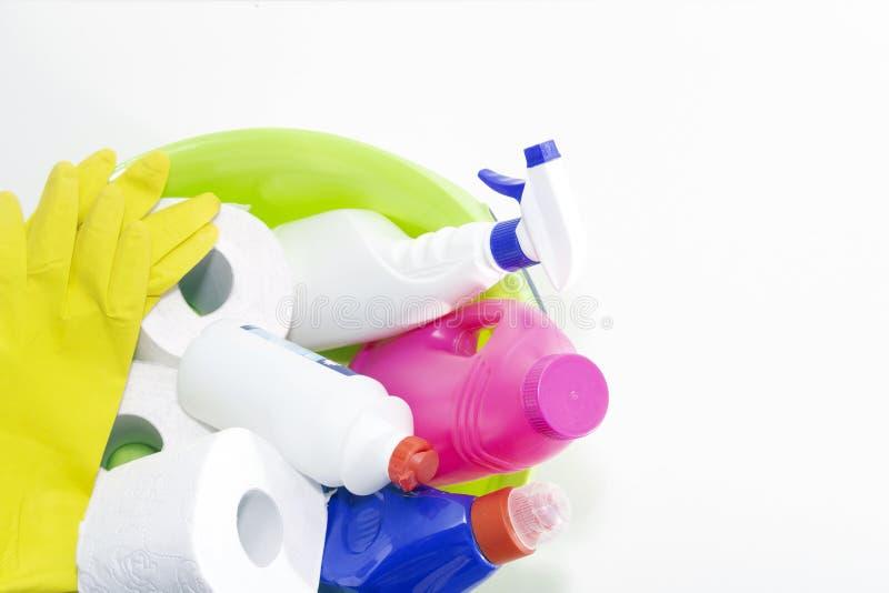 Produits de nettoyage et de réparation, produits domestiques, gants en caoutchouc, bassin vert pour nettoyer l'appartement et le  image stock