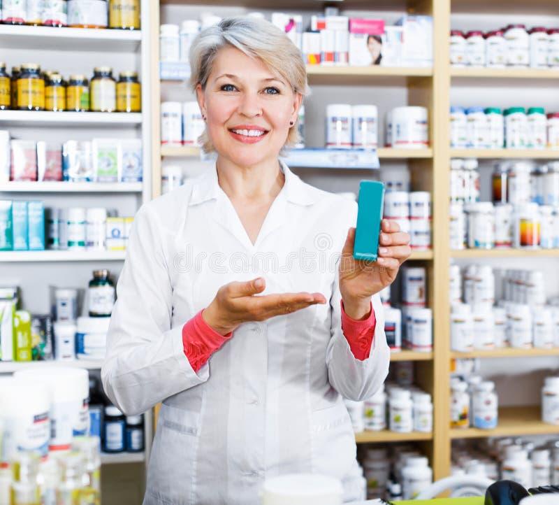 Produits de offre de vendeur des soins de la peau images stock