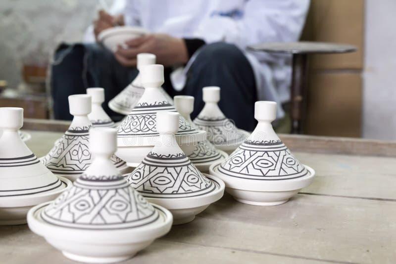 Produits de peinture de potier dans une poterie photos stock