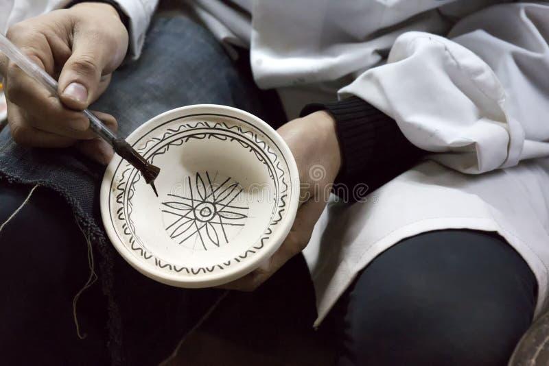 Produits de peinture de potier dans une poterie photographie stock