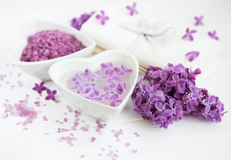 Produits de serviette et de massage de station thermale avec les fleurs lilas photo libre de droits