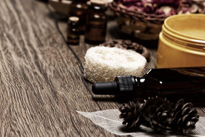 Produits de soin pour la peau et huiles essentielles naturelles sur la table en bois photo libre de droits