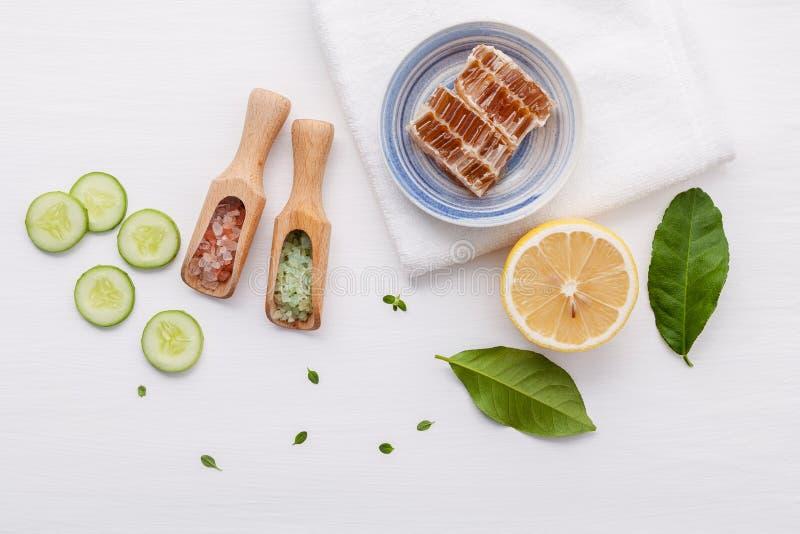 Produits de soin pour la peau de fines herbes naturels Concombre d'ingrédients de vue supérieure photographie stock