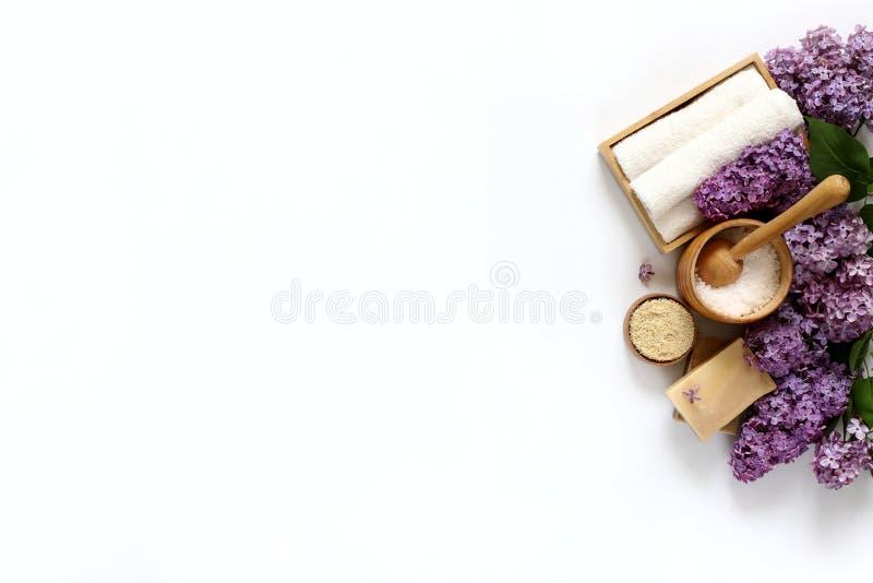 Produits de station thermale et de massage avec le lilas photo libre de droits