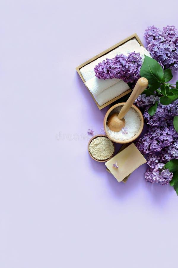Produits de station thermale et de massage avec le lilas photos stock