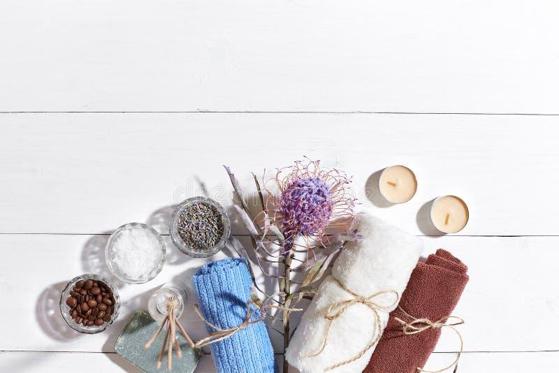 Produits de station thermale Sels de Bath, fleurs sèches lavande, savon, bougies et serviette Configuration plate sur le fond en  photo libre de droits