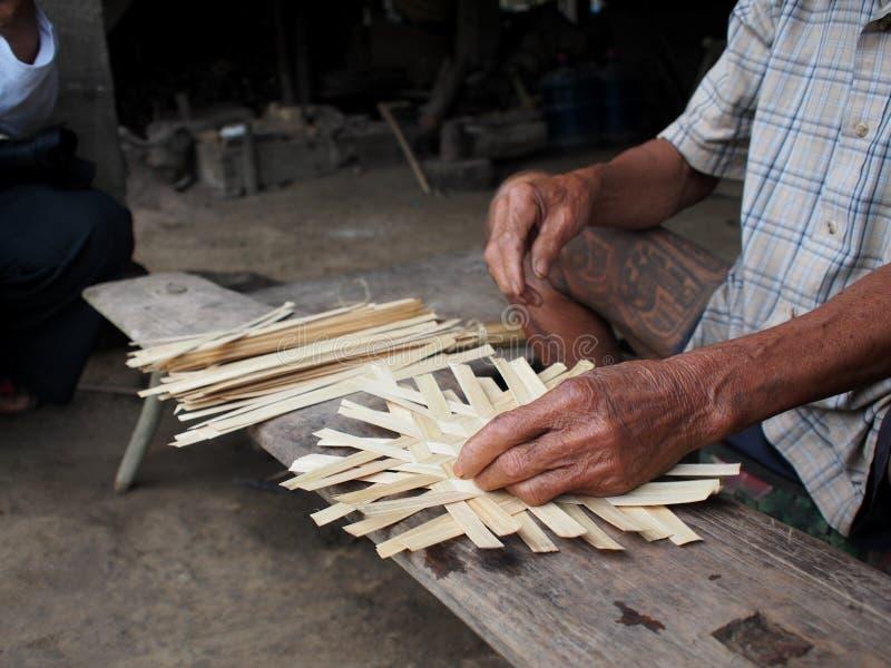 Produits de tissage de bambous sur un lieu de travail en bois de base au sol d'ethnie de village rural photos stock