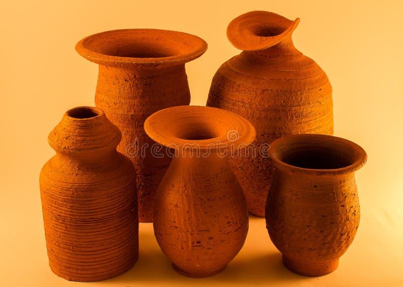 Produits en céramique de l'argile de différentes catégories et marques photos libres de droits