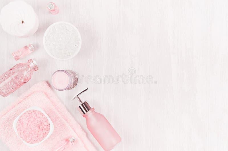 Produits et accessoires cosmétiques dans la couleur rose - crème, sel de bain, huile essentielle, savon, serviette, éponge, perle photographie stock