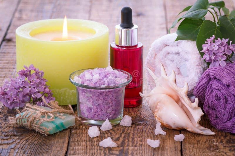 Produits et accessoires de station thermale P?trole, savon, sel de mer, serviettes et bougie aromatiques photos stock
