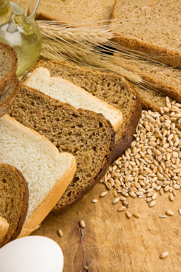 Produits et panier de boulangerie sur le bois photo libre de droits