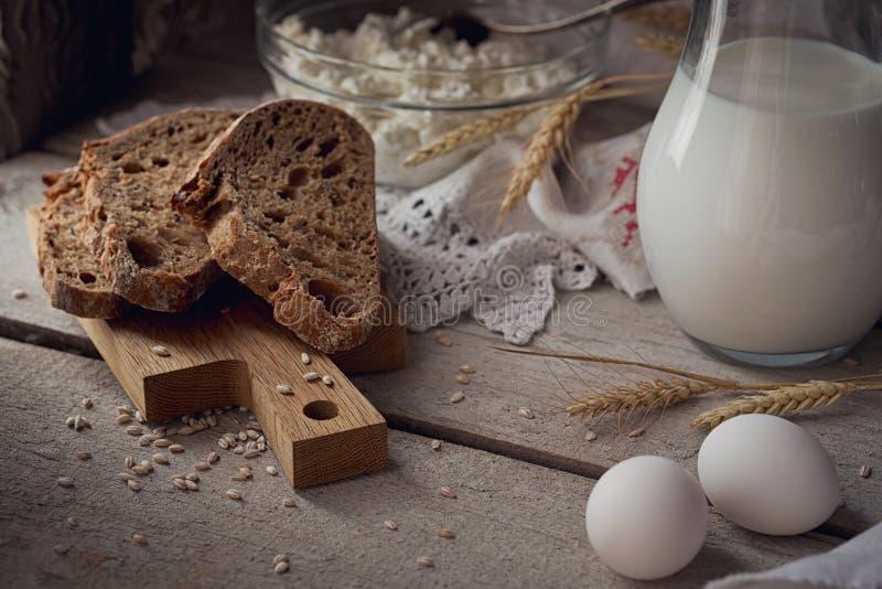 Produits laitiers frais Trayez, le fromage blanc, crème sure, multigra image libre de droits