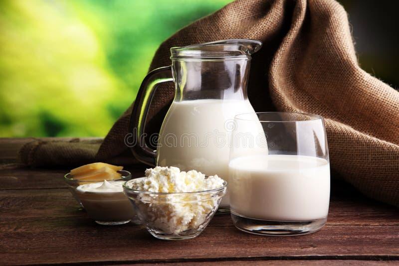 Produits laitiers laitages sains savoureux sur une table image libre de droits