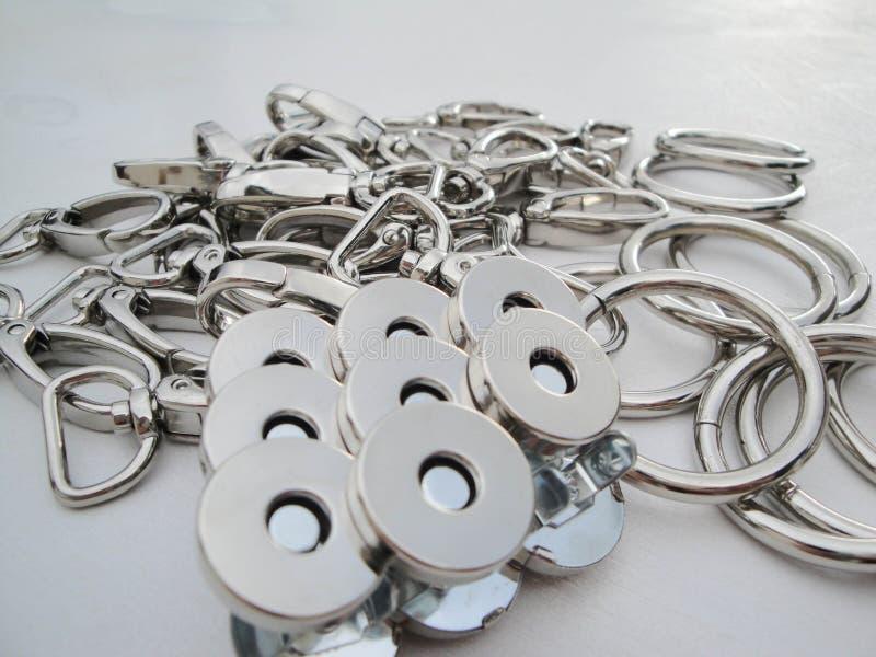 Produits métalliques pour l'industrie du habillement carabiner en nickel de couleur dans une copie qui est employée pour l'attach photos stock