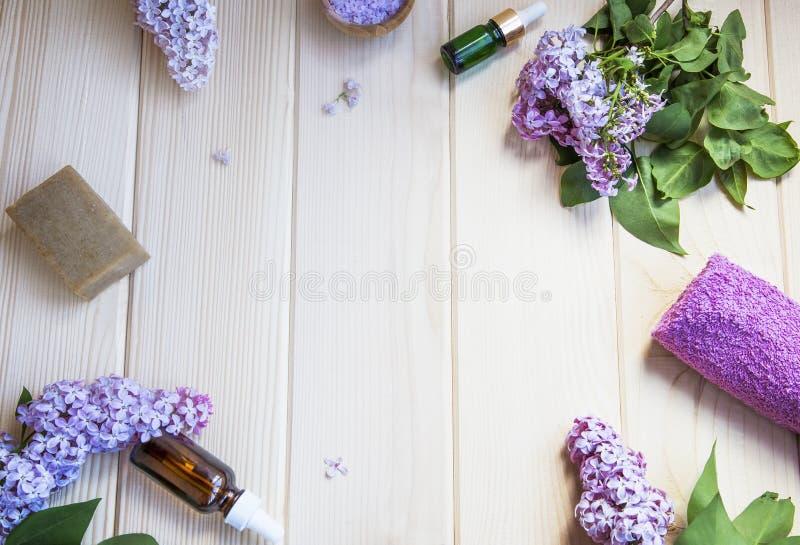 Produits organiques de soins de la peau et de station thermale avec les fleurs lilas, sel de bain photographie stock libre de droits