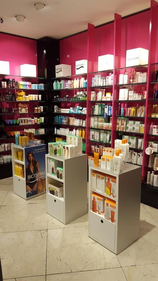 Produits pour la beauté, le soin de corps et le maquillage parfums Étagères de boutique photographie stock