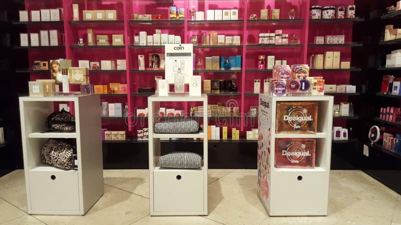 Produits pour la beauté, le soin de corps et le maquillage parfums Étagères de boutique photos stock