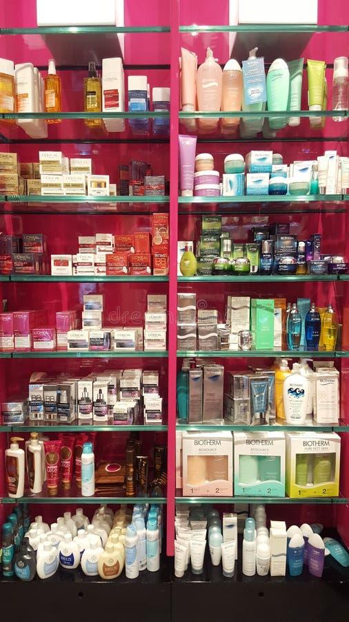 Produits pour la beauté, le soin de corps et le maquillage parfums Étagères de boutique image libre de droits