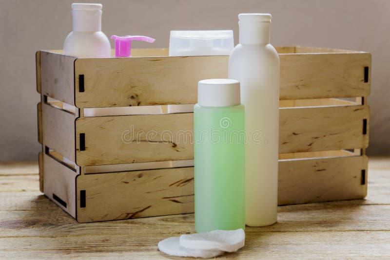Produits pour le soin de corps, gel de douche, shampooing, sels de bain Couleur rose image stock