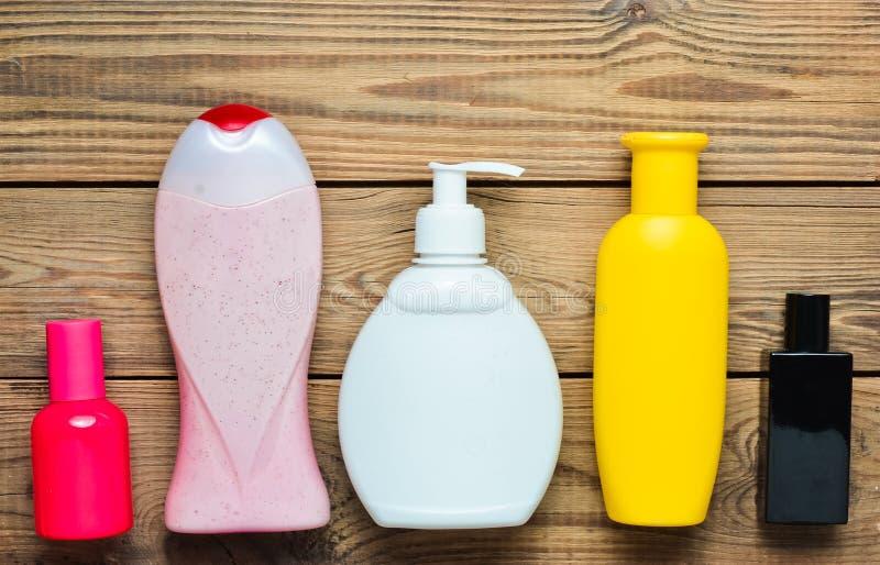 Produits pour verser dans des bouteilles et le parfum de bouteilles sur une table en bois Soin personnel Objets pour l'hygiène et photo libre de droits