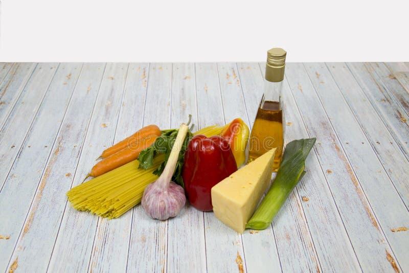 Produits traditionnels pour la cuisine italienne Légumes et fruits utiles image stock