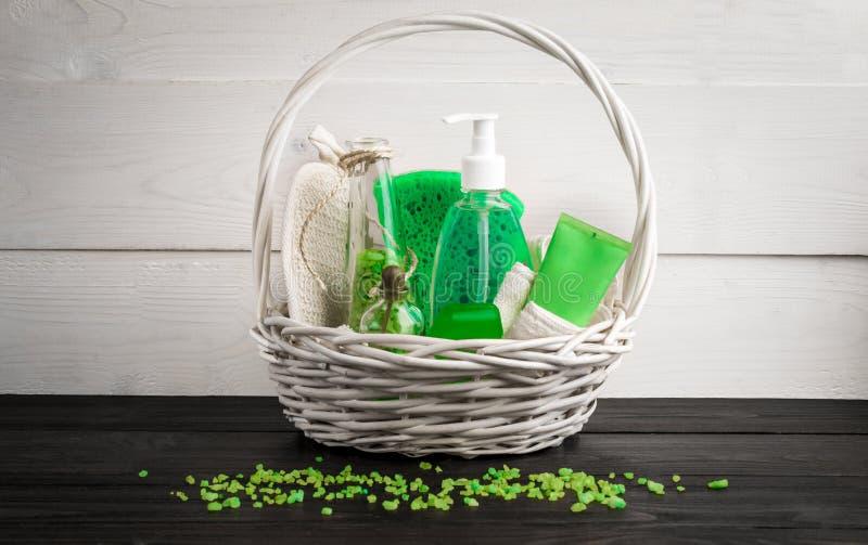 Produits verts de traitement de beauté de composition dans des couleurs vertes : shampooing, savon, sel de bain, huile image libre de droits