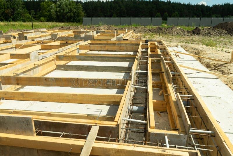 Produkcja betonowa baza pod domem z use usuwalny blindaż fotografia stock