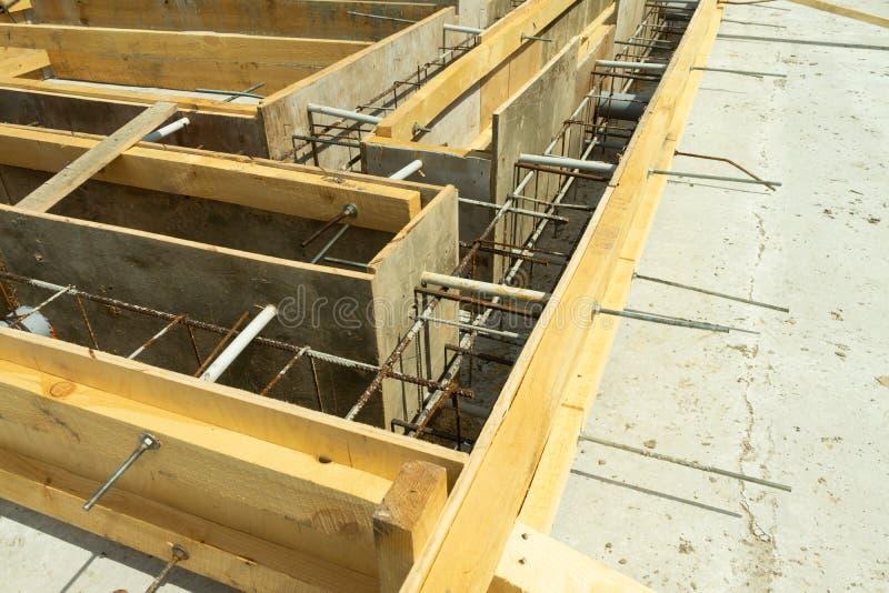 Produkcja betonowa baza pod domem z use usuwalny blindaż obraz stock