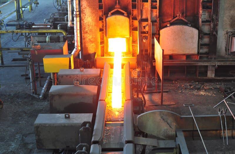Produkcja gorąca stal w stalowni - produkci fabryka w przemysle ciężkim fotografia stock