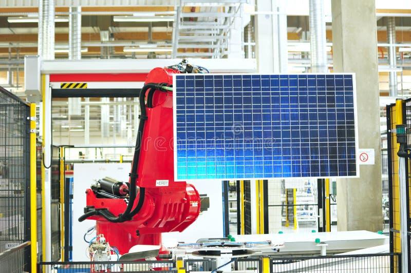 Produkcja ogniwa słoneczne gromadzić w zaawansowany technicznie fabryce - wor zdjęcie royalty free