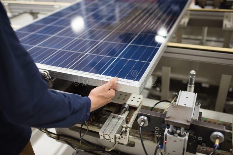 Produkcja panel słoneczny, mężczyzna pracuje w fabryce obraz stock