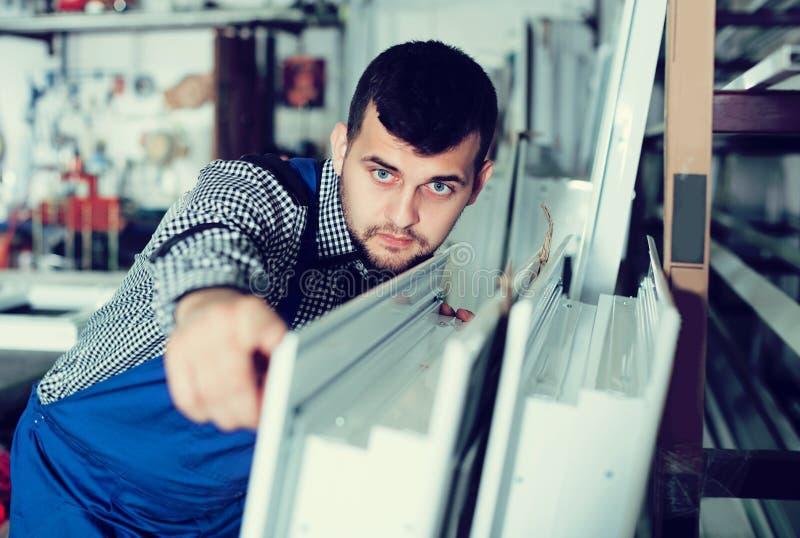 Produkcja pracownik z PVC okno obrazy stock