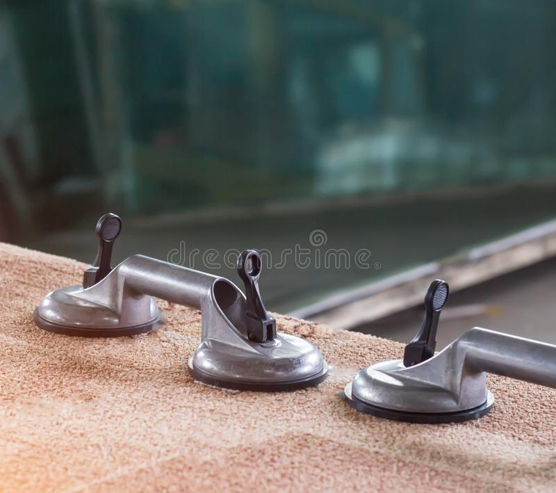 Produkcja PVC okno, zasysające filiżanki dla szkła, szklany warsztat obraz royalty free