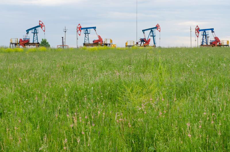 Produkcja ropy naftowej na tle niebo obraz royalty free