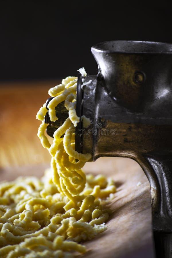 Produkcja włoskiego tradycyjnego makaronu ręcznego i domowego pasatelli zdjęcia stock