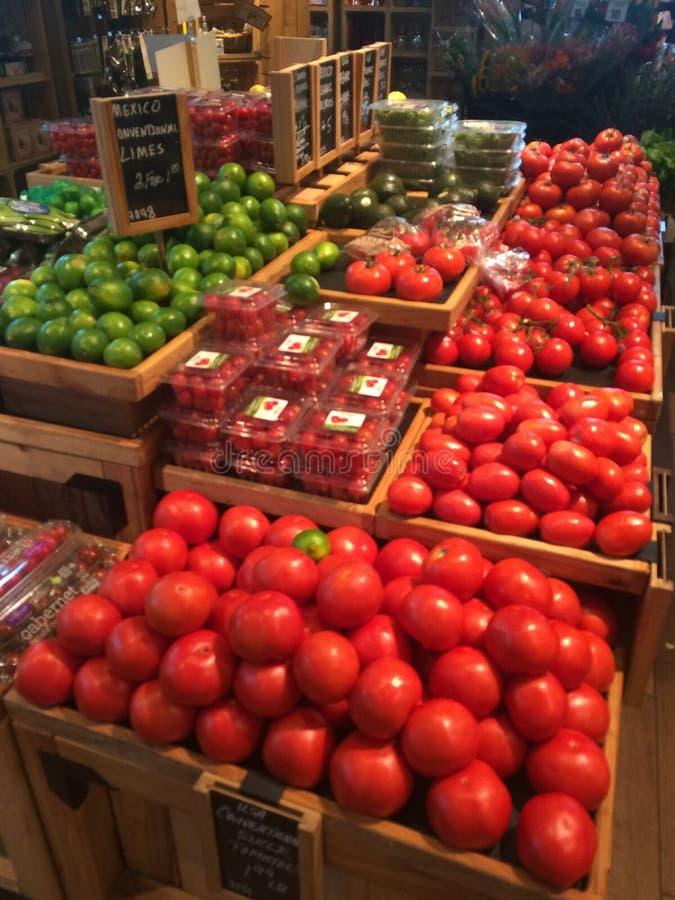 Produkt spożywczy pokazu sklepu spożywczego pomidorów wapno zdjęcia royalty free
