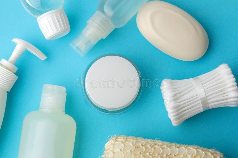 Produkte der pers?nlichen Hygiene K?rperpflegekosmetik Weiße Flaschen und Phiolen auf einem blauen Hintergrund Badekurort relax B lizenzfreie stockfotografie