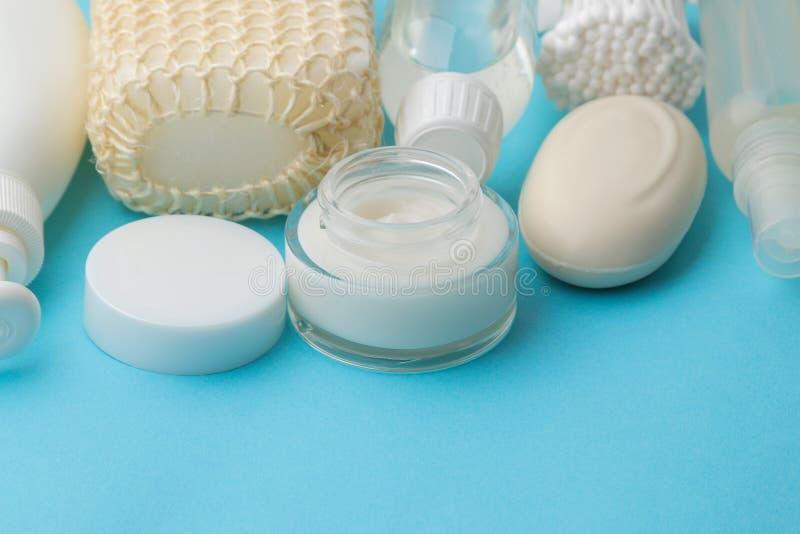 Produkte der pers?nlichen Hygiene K?rperpflegekosmetik Weiße Flaschen und Phiolen auf einem blauen Hintergrund Badekurort relax stockfotografie