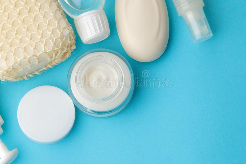 Produkte der pers?nlichen Hygiene K?rperpflegekosmetik Weiße Flaschen und Phiolen auf einem blauen Hintergrund Badekurort relax B lizenzfreies stockfoto