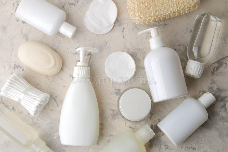 Produkte der pers?nlichen Hygiene K?rperpflegekosmetik Weiße Flaschen und Phiolen auf einem hellen Hintergrund Badekurort relax B stockbild