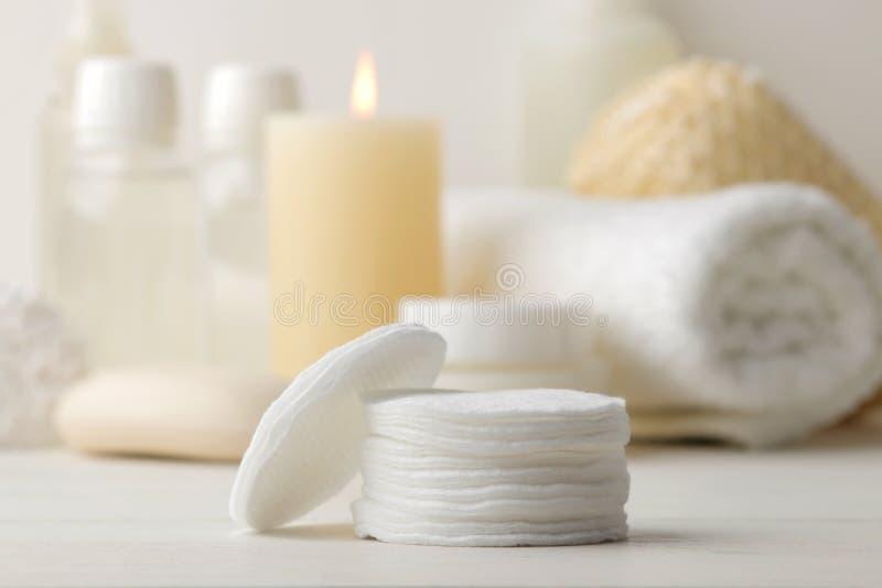 Produkte der pers?nlichen Hygiene K?rperpflegekosmetik Weiße Flaschen und Phiolen auf einem hellen Hintergrund Badekurort relax lizenzfreie stockbilder