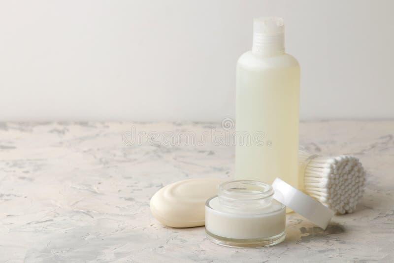 Produkte der pers?nlichen Hygiene K?rperpflegekosmetik Weiße Flaschen und Phiolen auf einem hellen Hintergrund Badekurort relax stockbild