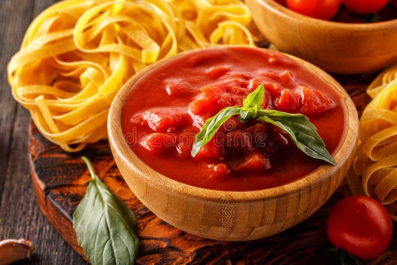 Produkte für das Kochen - Tomatensauce, Teigwaren, Tomaten, Knoblauch lizenzfreie stockfotos